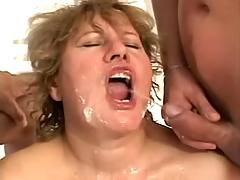 Fat mature catching piss